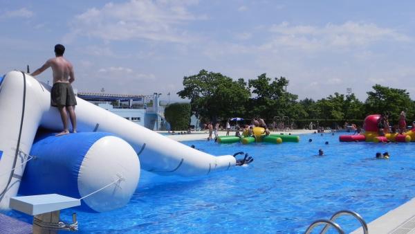Juegos hinchables y fiesta acuática en una piscina de Huesca