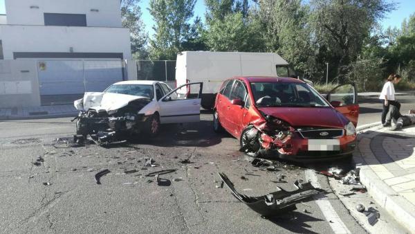 Sucesos.- Dos heridos tras la colisión frontal de otros tantos turismos en Valladolid