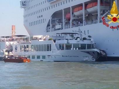 El crucero tras chocar con el barco