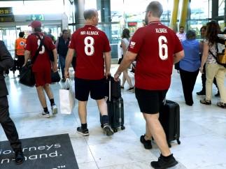 Aficionados del Liverpool en el aeropuerto