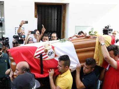 Sevilla.- Multitudinaria despedida en Utrera a los restos mortales de Reyes