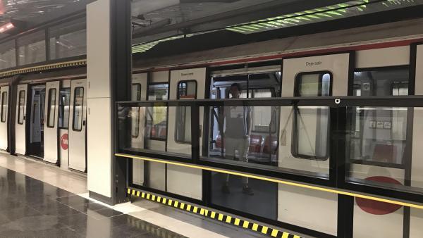 Barcelona prueba una puerta automática vertical en los andenes del Metro para mejorar la seguridad