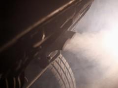 Tubo de escape emitiendo polución
