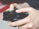 Una persona jugando con una consola