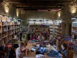 Zaragoza.- La Asociación Amigos de la Feria de Sos cubre una de las vigas de madera de la Biblioteca con ganchillo