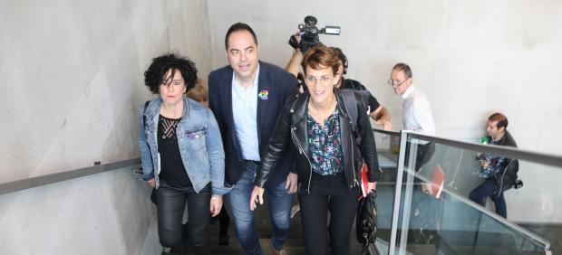 La candidata socialista a la Presidencia de Navarra, María Chivite, junto a su equipo socialista.