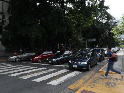 Automóviles en la avenida Francisco de Miranda en la urbanización Altamira, Caracas (Venezuela).