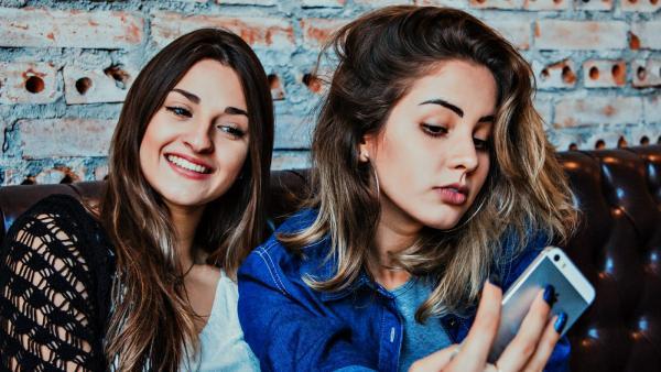 Dos chicas se hacen una foto