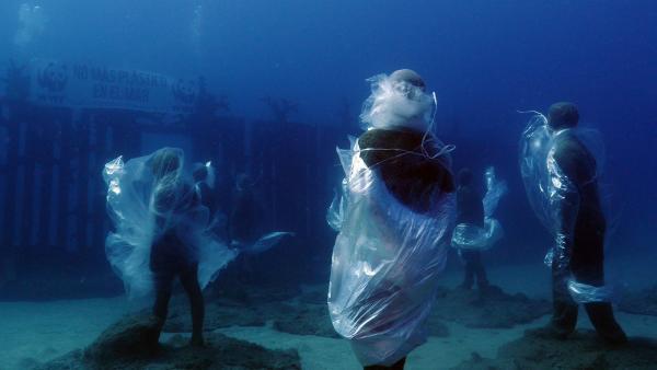 Buceadores del WWF y del Museo Atlántico de Lanzarote denuncian la contaminación por plástico