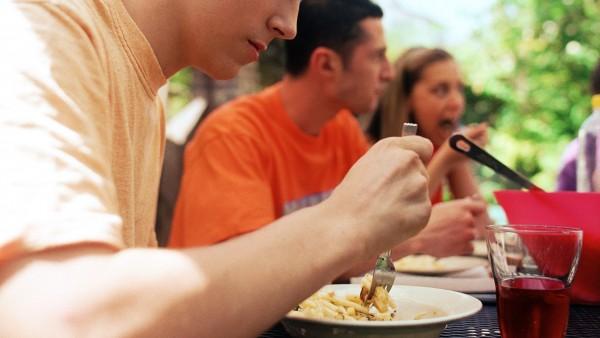 Una persona comiendo