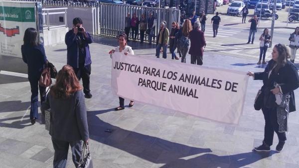Acusada en juicio Parque Animal a la salida de los juzgados