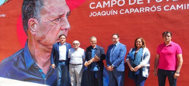 Joaquín Caparrós recibe el homenaje de Cuenca en el campo de fútbol que ya lleva su nombre