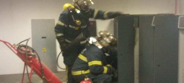 Cádiz.- Sucesos.- Doce desalojados en el Hospital de La Línea por un incendio en un cuarto de contadores