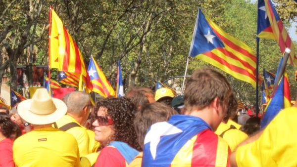 Miles de catalanes forman la V en Barcelona esta Diada.