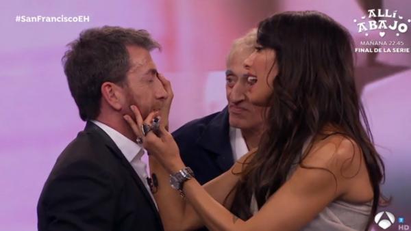 Pilar Rubio maquilla a Pablo Motos, en 'El hormiguero'.