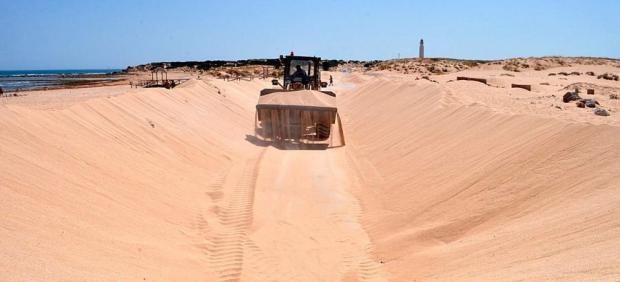 Cádiz.- Ayuntamiento de Barbate reitera a Costas la petición para retirar la arena del acceso a las playas de Trafalgar