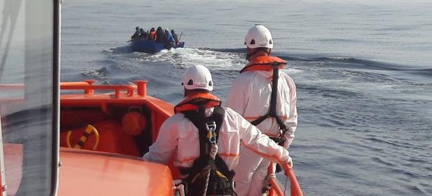 EMbarcación de Salvamento Marítimo con una patera avistada