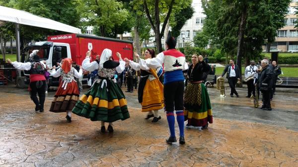 Oviedo.- Cientos de ovetenses disfrutan del Martes de Campo pese al mal tiempo