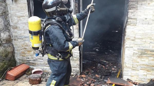 Sucesos.- Los bomberos apagan el fuego en un incendio en Avilés