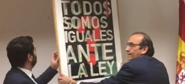 Diputados de Vox cuelgan un cuadro del rey en un despacho de la Asamblea de Madrid
