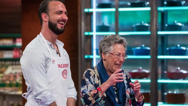 Valentín con su abuela Lola, en 'MasterChef'.