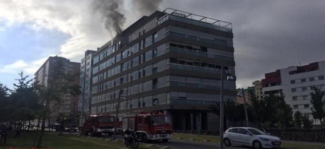 Sucesos.- Un herido al incendiarse un ático en Terrassa (Barcelona)
