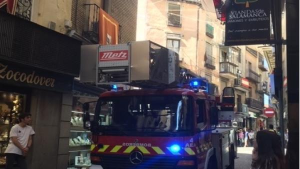 Sucesos.- Los bomberos sofocan el incendio de una cocina en un inmueble de la calle Comercio de Toledo