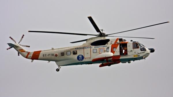 Ascienden a cinco los evacuados al hospital de la patera a la deriva rescatada en el mar de Alborán con 49 personas