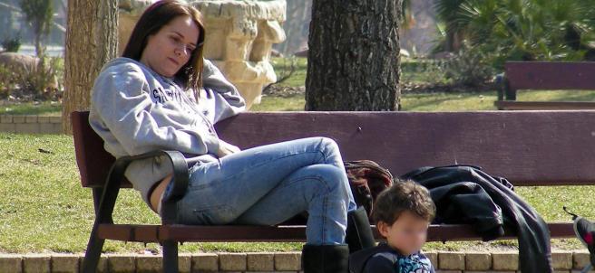 Eva Santolaria, con uno de sus hijos