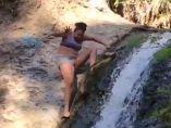 Una mujer desciende por una cascada