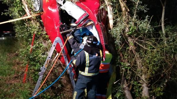 Sucesos.- Una mujer resulta herida de gravedad tras salirse de la vía y colisionar contra un árbol en la AS-17 en Siero