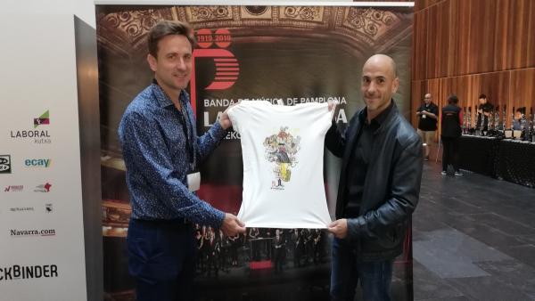 La Pamplonesa presenta una camiseta conmemorativa de su centenario diseñada por César Oroz
