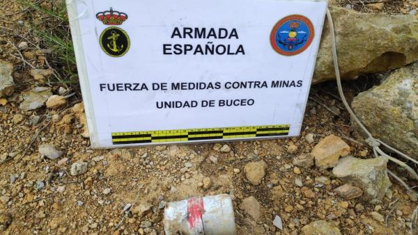 Buceadores de la Armada neutralizan una  granada de mano en Trincabotijas (Cartagena)