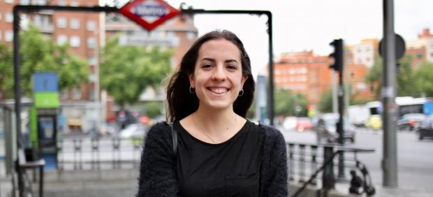 Lucía, de 20 años, no ha necesitado sacarse el carnet porque se mueve en metro por Madrid.