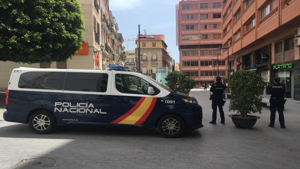 Alicante.- Sucesos.- Detenido por atracar con un cuchillo a tres jóvenes que esperaban al autobús