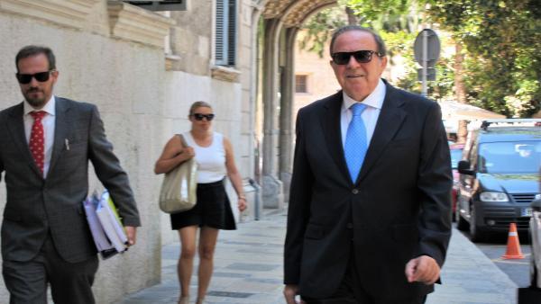 El ex presidente del PP de Palma, José María Rodríguez, junto a su abogado