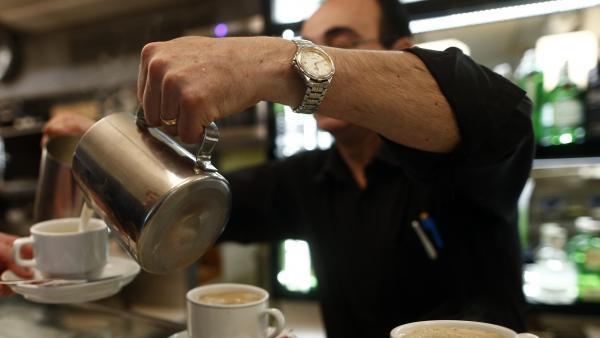 Un camarero sirve café.