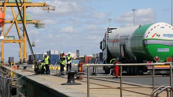 Huelva.- Puerto.- Realizada la primera operación de bunkering de GNL de camión a barco en el puerto de Huelva