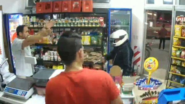 Un atracador se dispara mientras guardaba la pistola