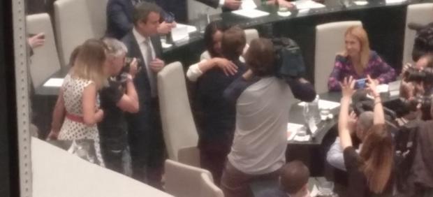 Abrazo entre Villacís y Almeida