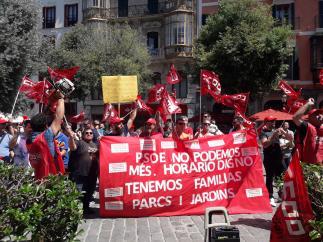 Medio centenar de manifestantes protestan en Cort por las condiciones de trabajo de las contratas de Parques y Jardines