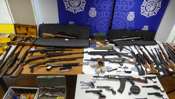 Detenido un varón que almacenaba en viviendas de Vigo y Lugo más de 60 armas, 17.000 cartuchos y sustancias explosivas