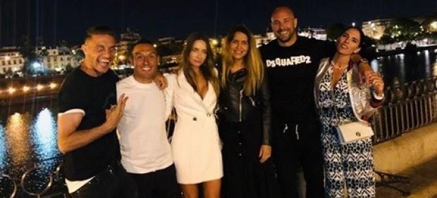 Joaquín, Cazorla y Pepe Reina junto a sus parejas