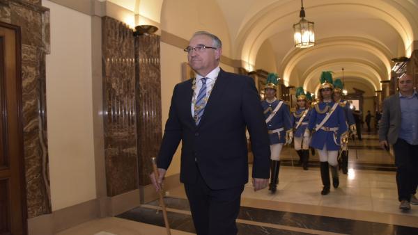 Enrique Maya sale del Ayuntamiento de Pamplona, tras ser elegido alcalde, entre gritos de apoyo y abucheos