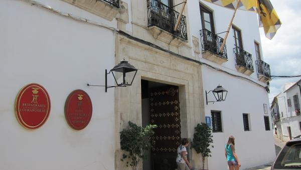 Dos turistas salen de un hotel en Córdoba
