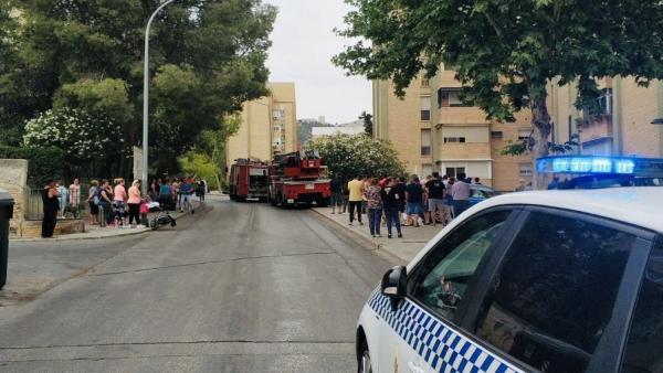 Jaén.-Sucesos.- Evacuan al hospital a dos policías afectados por inhalación de humo al actuar en un incendio de vivienda