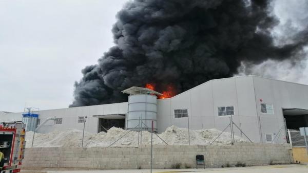Alicante.- Sucesos.- Arde una nave de reciclaje de caucho de 1.000 metros cuadrados en un polígono de Crevillent