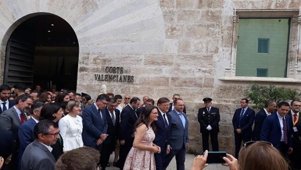 Puig, Oltra y Dalmau van juntos de Corts al Palau de la Generalitat para celebrar con los ciudadanos el nuevo gobierno