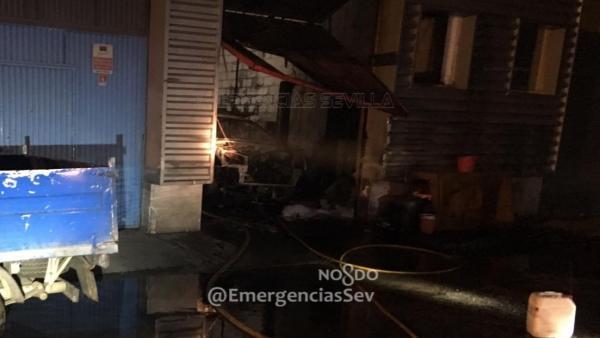 Sevilla.- Sucesos.- Extinguido un incendio declarado de madrugada en un taller de chapa y pintura del Polígono Store