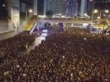 Una ambulancia se abre paso entre miles de manifestantes